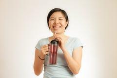 La mujer asiática disfruta de su bebida Fotos de archivo