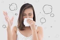 La mujer asiática en el vestido blanco coge su nariz debido a un mún olor Fotos de archivo libres de regalías