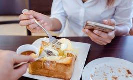 La mujer asiática está comiendo resma del hielo y el pan delicioso Foco encendido para Imágenes de archivo libres de regalías