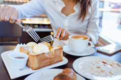La mujer asiática está comiendo resma del hielo y el pan delicioso Foco encendido para Fotografía de archivo libre de regalías