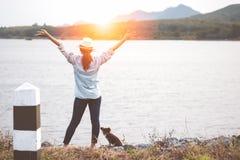 La mujer asiática feliz se coloca con los brazos abiertos que disfruta de tiempo en al aire libre Fotos de archivo