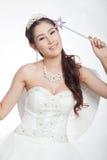La mujer asiática hermosa del retrato en el vestido de boda blanco con el cetro de hadas con ángel se va volando Foto de archivo libre de regalías