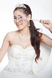 La mujer asiática hermosa del retrato en el vestido de boda blanco con el cetro de hadas con ángel se va volando Imagenes de archivo