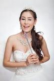 La mujer asiática hermosa del retrato en el vestido de boda blanco con el cetro de hadas con ángel se va volando Fotografía de archivo