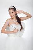 La mujer asiática hermosa del retrato en el vestido de boda blanco con el cetro de hadas con ángel se va volando Imagen de archivo libre de regalías