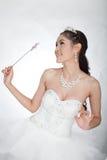 La mujer asiática hermosa del retrato en el vestido de boda blanco con el cetro de hadas con ángel se va volando Fotos de archivo
