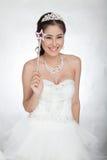 La mujer asiática hermosa del retrato en el vestido de boda blanco con el cetro de hadas con ángel se va volando Foto de archivo