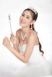 La mujer asiática hermosa del retrato en el vestido de boda blanco con el cetro de hadas con ángel se va volando Fotos de archivo libres de regalías