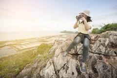 La mujer asiática joven del viajero toma una foto en felicidad Imágenes de archivo libres de regalías