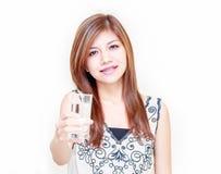 La mujer asiática joven invita para beber un agua imagen de archivo libre de regalías