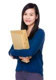La mujer asiática lleva con la carpeta Fotografía de archivo