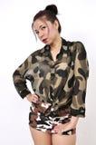 La mujer asiática lleva la camisa y la falda militares Foto de archivo