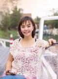 La mujer asiática madura atractiva se relaja fotos de archivo