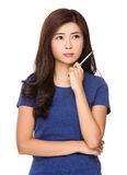 La mujer asiática piensa en una nueva idea con una pluma Fotos de archivo libres de regalías