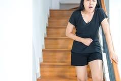 La mujer asiática que tiene dolor de estómago doloroso después de despierta, sufrimiento femenino de los calambres abdominales de Imagen de archivo