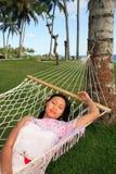 La mujer asiática se relaja en la playa Imagen de archivo
