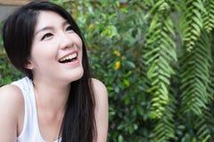 La mujer asiática se sienta en el café al aire libre adulto femenino joven con natural Foto de archivo libre de regalías