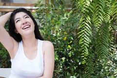 La mujer asiática se sienta en el café al aire libre adulto femenino joven con natural Fotografía de archivo libre de regalías