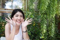 La mujer asiática se sienta en el café al aire libre adulto femenino joven con natural Imagen de archivo