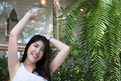 La mujer asiática se sienta en el café al aire libre adulto femenino joven con natural Imagenes de archivo