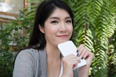 La mujer asiática se sienta en el café al aire libre adulto femenino joven con natural Foto de archivo