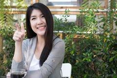 La mujer asiática se sienta en el café al aire libre adulto femenino joven con natural Fotografía de archivo