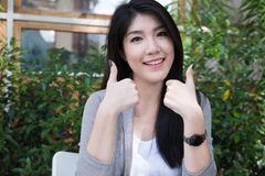 La mujer asiática se sienta en el café al aire libre adulto femenino joven con natural Fotos de archivo