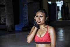 La mujer asiática sudorosa agotada y cansada de los jóvenes en deporte viste después de sudar duro del entrenamiento de la aptitu Foto de archivo libre de regalías