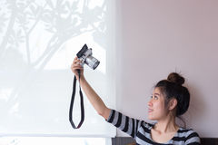 La mujer asiática toma un selfie con la cámara digital Foto de archivo libre de regalías
