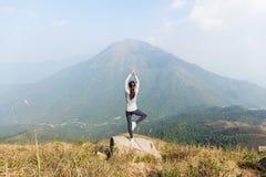 La mujer asiática hace yoga Foto de archivo