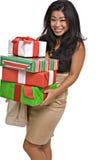 La mujer asiática hermosa lleva los regalos de la Navidad Foto de archivo libre de regalías