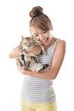 La mujer asiática sostiene su gato Imagen de archivo