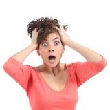 Mujer asustada con sus manos en la cabeza y la boca abierta Imagen de archivo libre de regalías