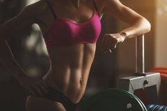 La mujer atlética brutal que bombea para arriba muscles con Fotos de archivo libres de regalías