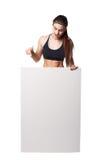 La mujer atlética de la aptitud con deporte helthy del espacio en blanco del tablero de la muestra aisló la ropa blanca del negro Fotografía de archivo libre de regalías