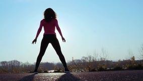 La mujer atlética entra para los deportes en la orilla del río en la salida del sol C?mara lenta almacen de metraje de vídeo