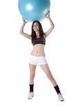 La mujer atlética joven ejercitó con una bola azul de la estabilidad Imágenes de archivo libres de regalías