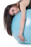 La mujer atlética joven ejercitó con una bola azul de la estabilidad Foto de archivo libre de regalías