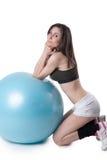 La mujer atlética joven ejercitó con una bola azul de la estabilidad Imagen de archivo libre de regalías