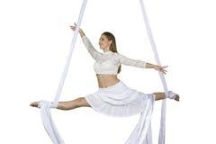 La mujer atlética que hace alguno engaña en las sedas Imagen de archivo libre de regalías