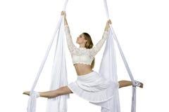 La mujer atlética que hace alguno engaña en las sedas Fotografía de archivo