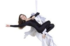 La mujer atlética que hace alguno engaña en las sedas Fotos de archivo