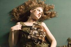 La mujer atractiva adentro compone Foto de archivo libre de regalías