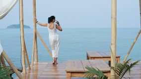 La mujer atractiva admira la opinión hermosa del mar almacen de metraje de vídeo