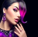 La mujer atractiva de la moda de la belleza con púrpura teñió la franja imagenes de archivo