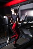 La mujer atractiva de los deportes de los jóvenes se está resolviendo en gimnasio Hacer el entrenamiento cardiio en la rueda de a imagen de archivo libre de regalías