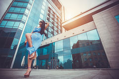 La mujer atractiva está caminando en la ciudad moderna Imagenes de archivo
