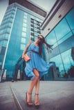 La mujer atractiva está caminando en la ciudad moderna Fotografía de archivo