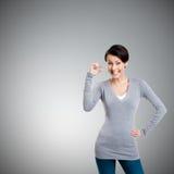 La mujer atractiva gesticula pequeña cantidad Fotos de archivo