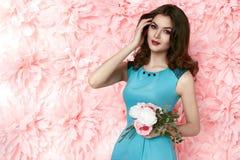 La mujer atractiva hermosa adentro viste la primavera del verano del maquillaje de muchas flores Imagen de archivo
